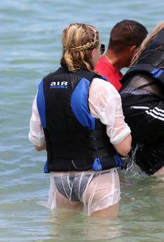 Хлоя Морец в черном бикини на пляже Майами фото #9