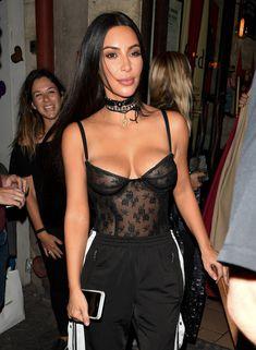 Пышный бюст Ким Кардашьян в Париже фото #7