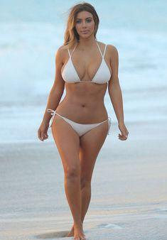 Сексуальная Ким Кардашьян в белом купальнике фото #3