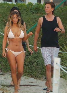 Сексуальная Ким Кардашьян в белом купальнике фото #11