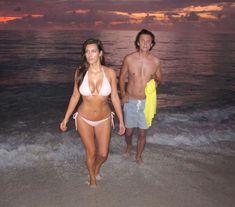 Ким Кардашьян в бежевом купальнике на пляже Майами фото #4