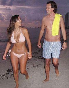 Ким Кардашьян в бежевом купальнике на пляже Майами фото #5