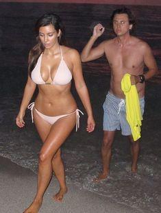 Ким Кардашьян в бежевом купальнике на пляже Майами фото #6