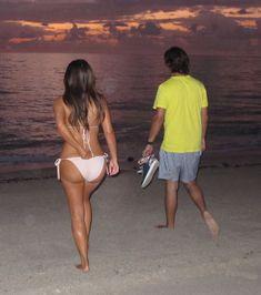 Ким Кардашьян в бежевом купальнике на пляже Майами фото #7