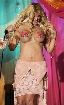 Анна Николь Смит топлесс на премии MTV Video Music Awards фото #1