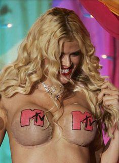 Анна Николь Смит топлесс на премии MTV Video Music Awards фото #3