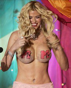 Анна Николь Смит топлесс на премии MTV Video Music Awards фото #4