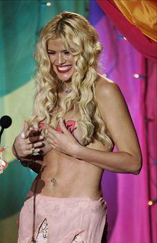 Анна Николь Смит топлесс на премии MTV Video Music Awards фото #5