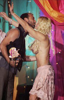 Анна Николь Смит топлесс на премии MTV Video Music Awards фото #8