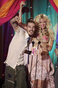 Анна Николь Смит топлесс на премии MTV Video Music Awards фото #9