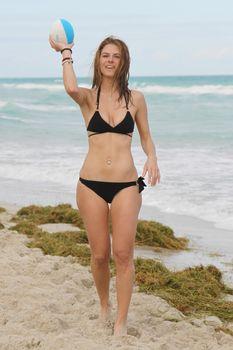 Случайный засвет Марии Менунос между ног на пляже Майями фото #1