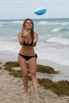 Случайный засвет Марии Менунос между ног на пляже Майями фото #3