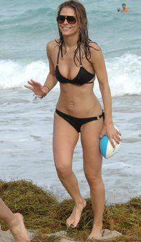 Случайный засвет Марии Менунос между ног на пляже Майями фото #8