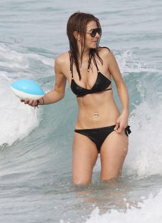Случайный засвет Марии Менунос между ног на пляже Майями фото #9