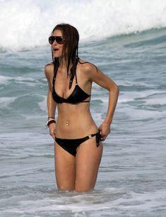 Случайный засвет Марии Менунос между ног на пляже Майями фото #13