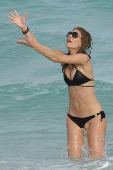 Случайный засвет Марии Менунос между ног на пляже Майями фото #22