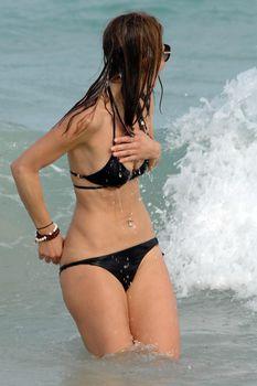 Случайный засвет Марии Менунос между ног на пляже Майями фото #26