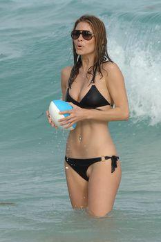 Случайный засвет Марии Менунос между ног на пляже Майями фото #27