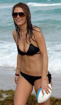 Случайный засвет Марии Менунос между ног на пляже Майями фото #31
