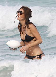 Случайный засвет Марии Менунос между ног на пляже Майями фото #42