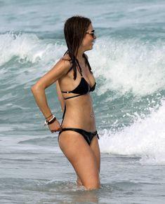 Случайный засвет Марии Менунос между ног на пляже Майями фото #44