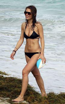 Случайный засвет Марии Менунос между ног на пляже Майями фото #45