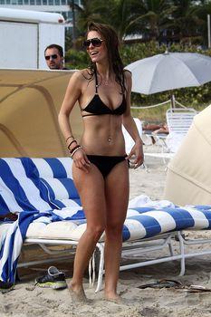 Случайный засвет Марии Менунос между ног на пляже Майями фото #47