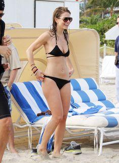 Случайный засвет Марии Менунос между ног на пляже Майями фото #48