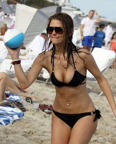 Случайный засвет Марии Менунос между ног на пляже Майями фото #49