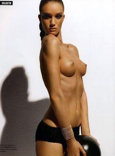 Голая грудь Роузи Хантингтон-Уайтли в журнале Citizen K фото #1