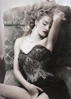 Роузи Хантингтон-Уайтли оголила грудь в фотосессии Джона Ранкина фото #4