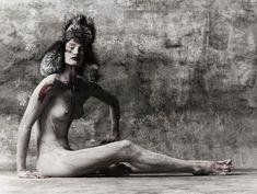 Роузи Хантингтон-Уайтли оголила грудь в фотосессии Джона Ранкина фото #5