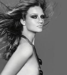 Роузи Хантингтон-Уайтли оголила грудь в фотосессии Джона Ранкина фото #7