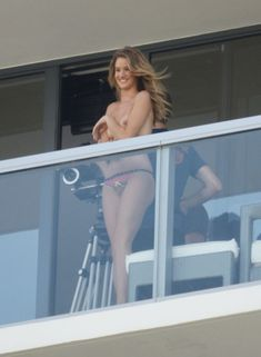 Роузи Хантингтон-Уайтли топлесс на балконе фото #1