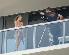 Роузи Хантингтон-Уайтли топлесс на балконе фото #3