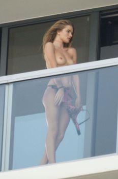 Роузи Хантингтон-Уайтли топлесс на балконе фото #4