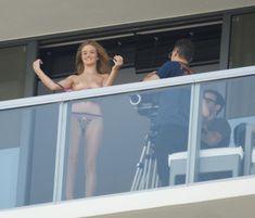 Роузи Хантингтон-Уайтли топлесс на балконе фото #5
