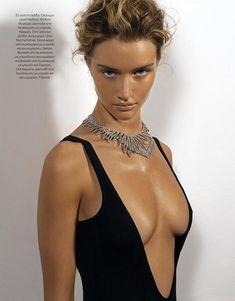 Роузи Хантингтон-Уайтли показала голую грудь в журнале Vogue Hellas фото #2