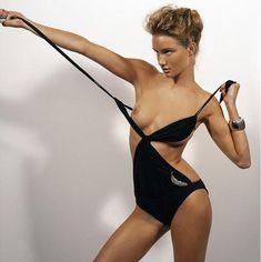 Роузи Хантингтон-Уайтли показала голую грудь в журнале Vogue Hellas фото #3