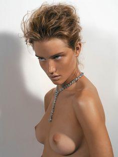 Роузи Хантингтон-Уайтли показала голую грудь в журнале Vogue Hellas фото #4