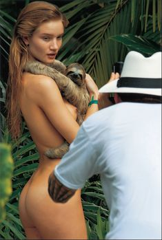 Голая попа Роузи Хантингтон-Уайтли за кулисами съемок календаря Pirelli фото #1