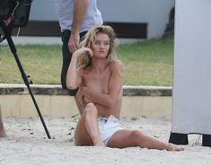 Секси Роузи Хантингтон-Уайтли засветила грудь во время фотосессии фото #13