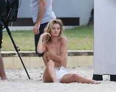 Секси Роузи Хантингтон-Уайтли засветила грудь во время фотосессии фото #16