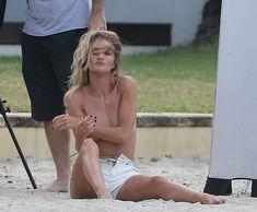 Секси Роузи Хантингтон-Уайтли засветила грудь во время фотосессии фото #19
