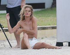 Секси Роузи Хантингтон-Уайтли засветила грудь во время фотосессии фото #20