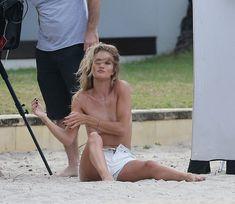 Секси Роузи Хантингтон-Уайтли засветила грудь во время фотосессии фото #25