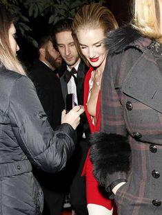 Случайный засвет Роузи Хантингтон-Уайтли на премии British Fashion Awards фото #3