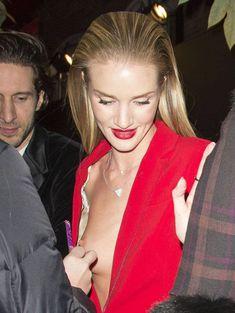 Случайный засвет Роузи Хантингтон-Уайтли на премии British Fashion Awards фото #5