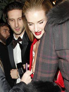Случайный засвет Роузи Хантингтон-Уайтли на премии British Fashion Awards фото #8
