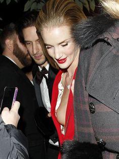 Случайный засвет Роузи Хантингтон-Уайтли на премии British Fashion Awards фото #10